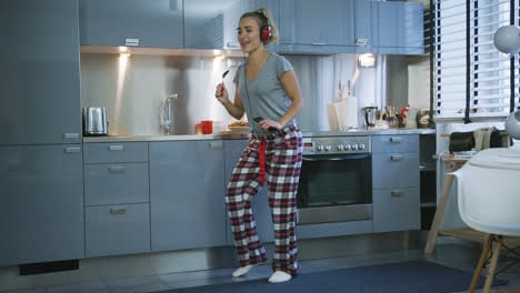 Woman-singing-and-dancing-in-kitchen