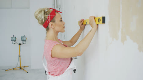 Woman-using-spirit-level-