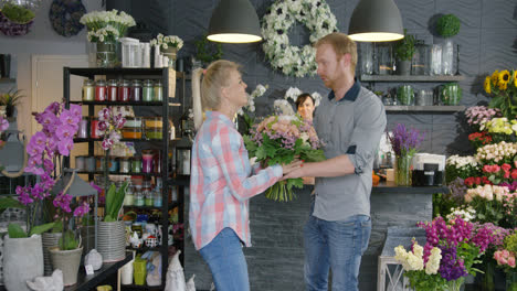 Couple-with-flowers-in-shop