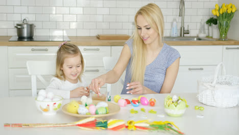 Charming-mother-and-daughter-coloring-eggs