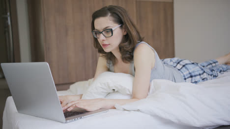 Woman-in-pajamas-using-laptop