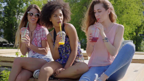 Women-sitting-with-beverages