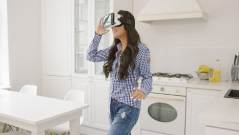 Young-woman-experiencing-virtual-reality-