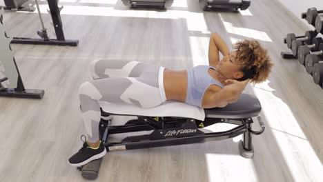 Woman-training-abs-on-bench