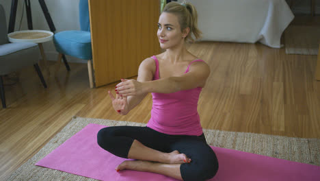 Beautiful-woman-stretching-fingers-during-training