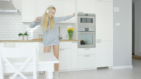Expressive-young-girl-dancing-in-kitchen