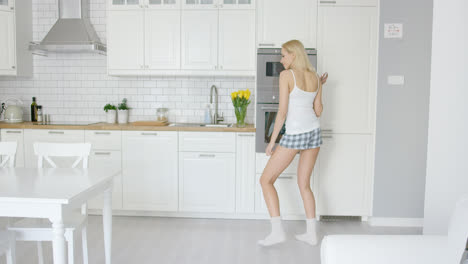 Funny-girl-dancing-in-kitchen