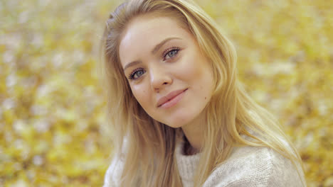 Beautiful-woman-in-autumn-park