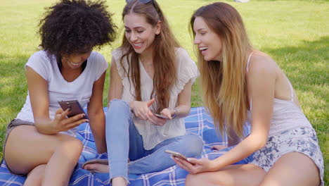 Smiling-women-with-smartphones-talking
