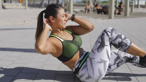 Sporty-woman-exercising-abdominal-muscles