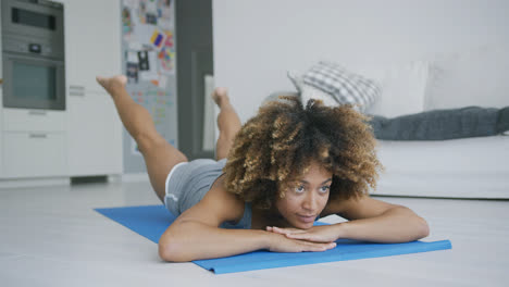 Seriou-woman-concentrated-on-workout