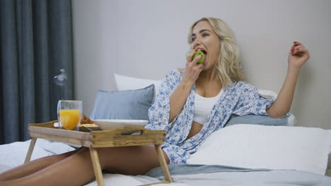 Woman-eating-apple-for-breakfast