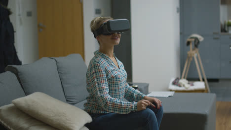 Amazed-woman-in-VR-headset