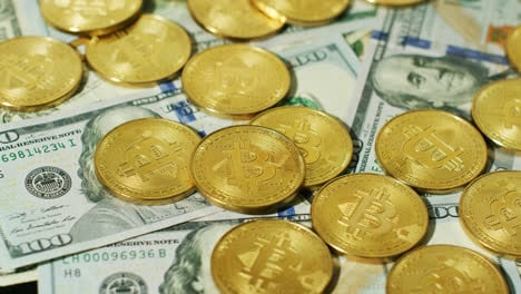 Bitcoins-Dorados-Brillantes-Con-Billetes