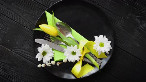Pascua-spring-table-dishware-composition-with-yellow-tulip-flor