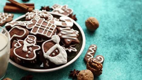 Sweet-Christmas-composition-Assortment-of-gingerbread-cookies-on-a-plate
