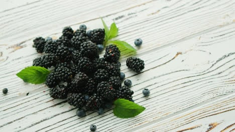 Heap-of-blackberry-with-mint-leaves