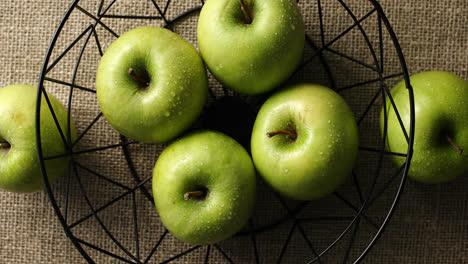 Manzanas-Mojadas-Verdes-En-Florero