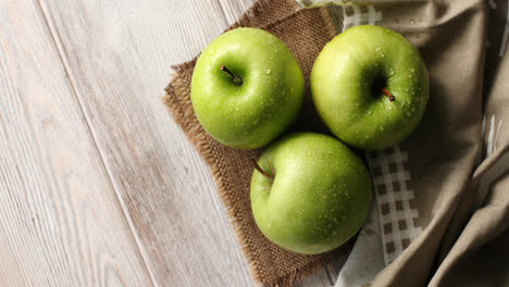Manzanas-Verdes-Mojadas-Sobre-Lienzo