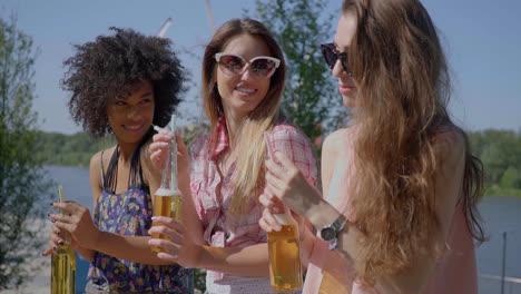 Mujeres-Bonitas-Tomando-Cerveza