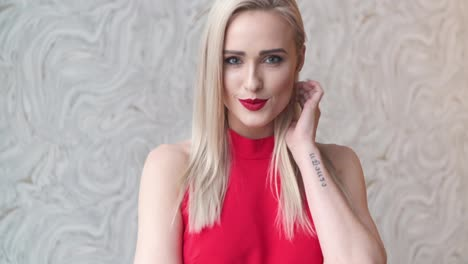 Elegante-Mujer-Rubia-Elegante-En-La-Sala-De-Estar-En-Casa-Con-Vestido-Sexy-Rojo