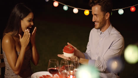 Joven-Romántico-Que-Presenta-Un-Regalo-De-San-Valentín