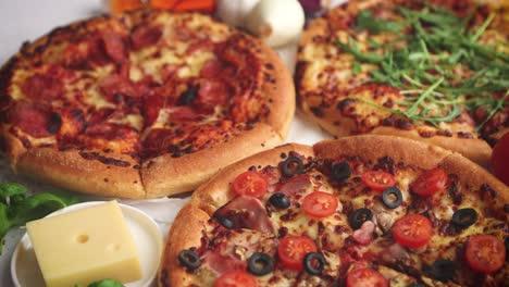 Tres-Pizzas-Estilo-Americano-Servidas-En-Una-Mesa