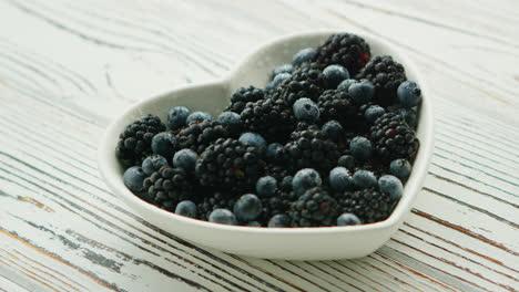 Pile-of-berries-in-bowl