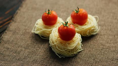 Espagueti-Enrollado-Con-Tomates