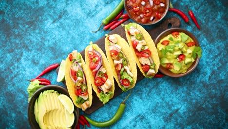 Mexikanischer-Taco-Mit-Hühnerfleisch-Jalapeno-Frisches-Gemüse-Serviert-Mit-Guacamole