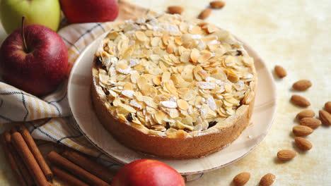 Frisch-Gebackener-Hausgemachter-Apfelkuchen-Mit-Mandelflockenkuchen-Auf-Gelb