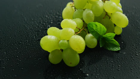 Bunch-of-green-grapes-