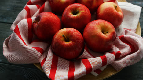 Fresh-apples-on-striped-towel-