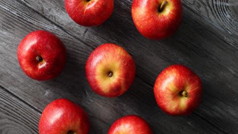 Manzanas-Rojas-Maduras-Sobre-Mesa-De-Madera