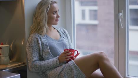 Frau-Mit-Tasse-Die-Aus-Dem-Fenster-Schaut