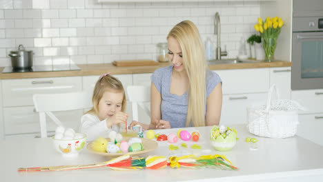 Loving-mother-and-daughter-coloring-eggs