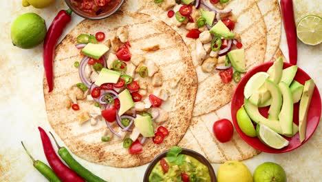 Tortillas-De-Maíz-Saludables-Recién-Hechas-Con-Filete-De-Pollo-A-La-Parrilla-Grandes-Rebanadas-De-Aguacate