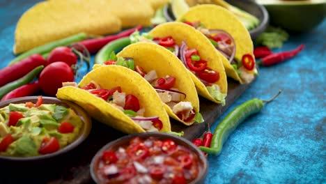 Taco-Mexicano-Con-Carne-De-Pollo-Jalapeño-Verduras-Frescas-Servido-Con-Guacamole