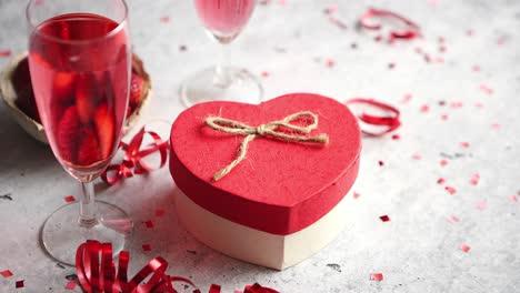 Flasche-Rosé-Champagner-Gläser-Mit-Frischen-Erdbeeren-Und-Herzförmigem-Geschenk