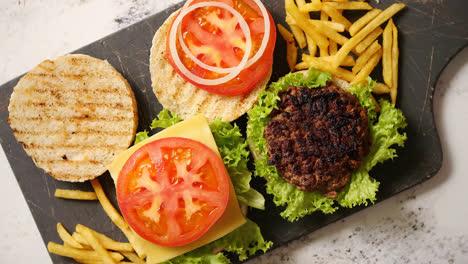 Dos-Sabrosas-Hamburguesas-Caseras-A-La-Parrilla-Con-Carne-Tomate-Cebolla-Y-Lechuga