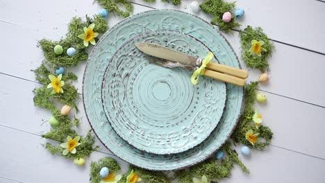 Mesa-De-Pascua-Con-Flores-Y-Huevos-Vacíos-Platos-Decorativos-De-Cerámica