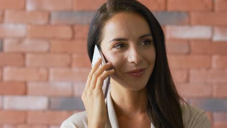 Elegante-Morena-Hablando-Por-Teléfono-Inteligente