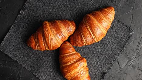 Golden-Gebackene-Croissants-Auf-Serviette