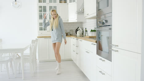 Lovely-young-girl-dancing-in-kitchen