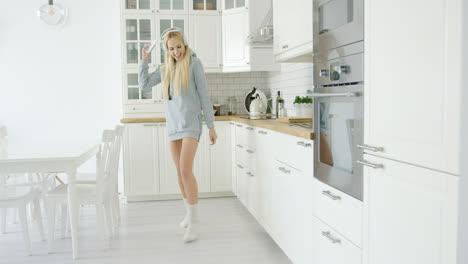 Schönes-Junges-Mädchen-Das-In-Der-Küche-Tanzt