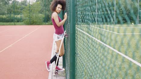 Chica-Joven-De-Moda-Con-Longboard