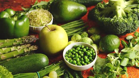 Surtido-De-Frutas-Y-Verduras-Verdes-Frescas-Colocadas-Sobre-Un-Metal-Oxidado