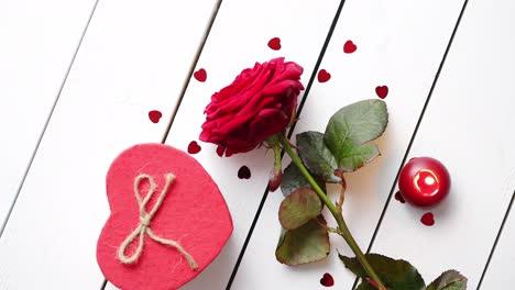 Flor-Rosa-Roja-Fresca-En-La-Mesa-De-Madera-Blanca