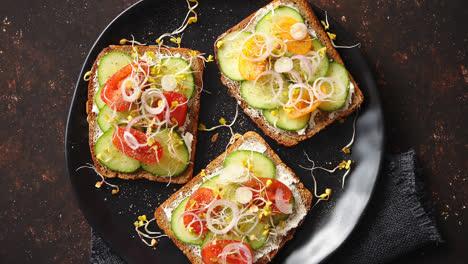 Tostadas-Saludables-Con-Tomates-Cucomber-Y-Queso-Feta-Desmenuzado-Y-Brotes-De-Rábano