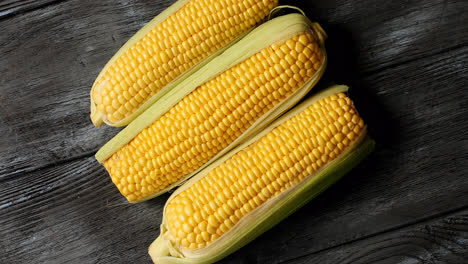Raw-yellow-corncobs-on-table